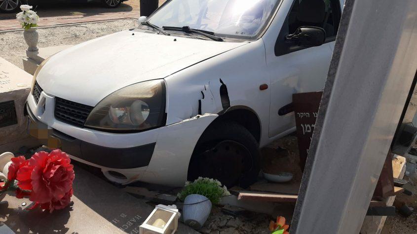 הרכב שפגע בקברים. צילום: חברא קדישא אשקלון