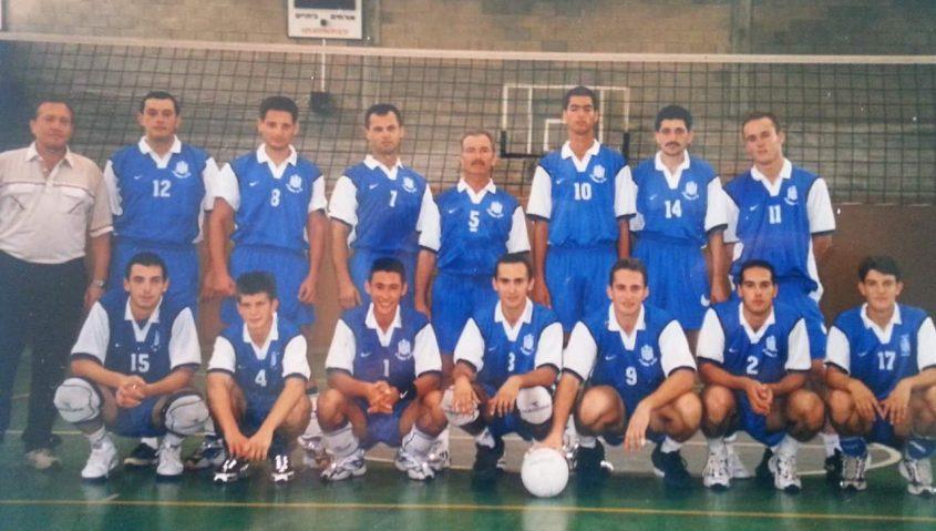 נתן פרידמן כמאמן עם שחקני אליצור אשקלון בכדורעף