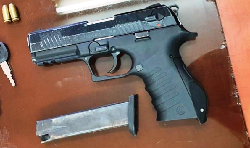 האקדח והמחסנית שנמצאו בחדרו של הקטין. צילום: דוברות המשטרה