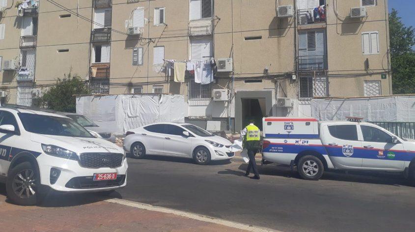 """מתנדב זק""""א עולה לדירה בה נמצאה הגופה. צילום: אלירם משה"""
