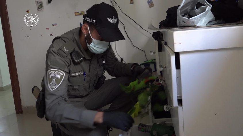 שוטר מבצע חיפוש. צילום: דוברות המשטרה