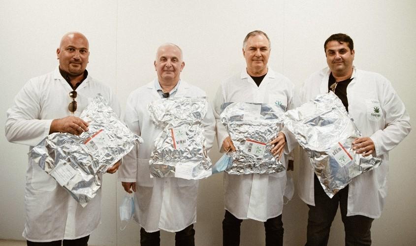 צוות טוגדר במפעל הייצור. מימין לשמאל: גיא עטיה, יוחנן דנינו, ניסים ברכה וניר סוסינסקי. צילום: מתן נעים