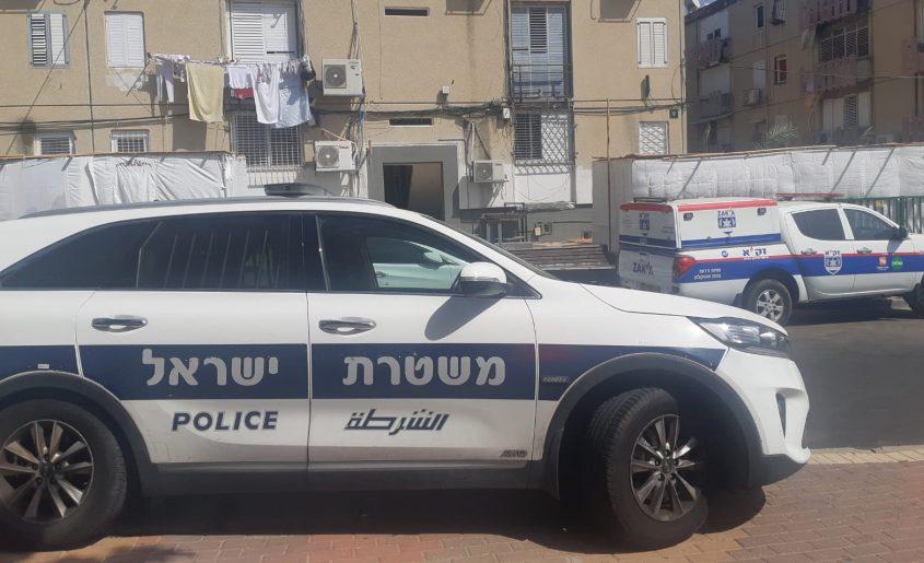 """צוותי משטרה וזק""""א ליד הבניין בו נמצאה גופת האישה. צילום: אלירם משה"""