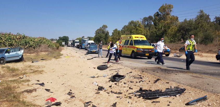"""צוותי מד""""א בזירת התאונה בכביש 232. צילום: דוברות ארגון הצלה"""