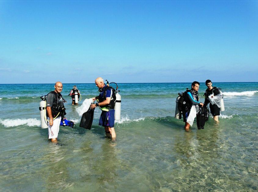 מנקים את הים מאשפה ופסולת. צילום: דב גרינבלט, החברה להגנת הטבע