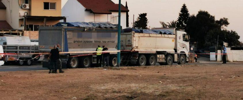 השוטרים מסביב למשאית לאחר שחזרה לזירת התאונה הקשה