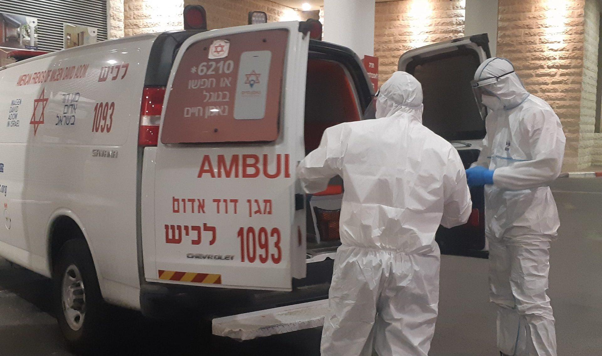 חולה קורונה מובא למרכז הרפואי ברזילי. צילום: אלירם משה