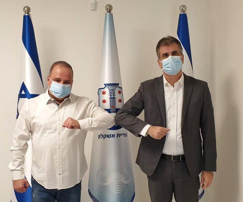 השר אלי כהן עם ראש העירייה תומר גלאם. צילום: דוברות עיריית אשקלון