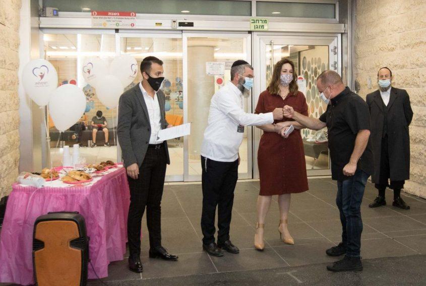 ראש העירייה תומר גלאם ובני הזוג לרר בטקס השקת הסייעת. צילום: אלדד עובדיה