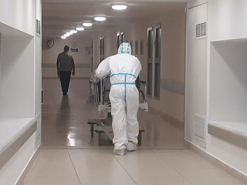 חולה קורונה מובל למחלקת הקורונה בברזילי. צילום: אלירם משה