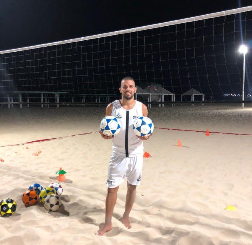 האיש והכדורים. דקל משה במגרש בחוף דלילה