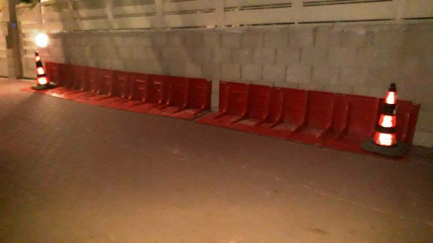 מחסומים לשינוי תוואי המים ברחוב הנמר. צילום: דוברות עיריית אשקלון