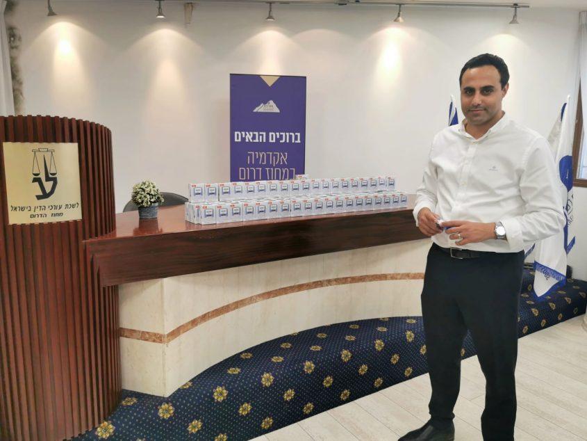 """עו""""ד אלעד דנוך עם החותמות החדשות שקיבלו עורכי הדין"""