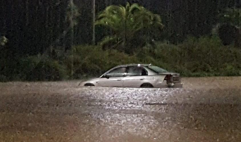 """רכב מוצף מים בשדרות יצחק רבין בעיר. צילום: אדי ישראל, בי""""ס לצילום חשיפה"""