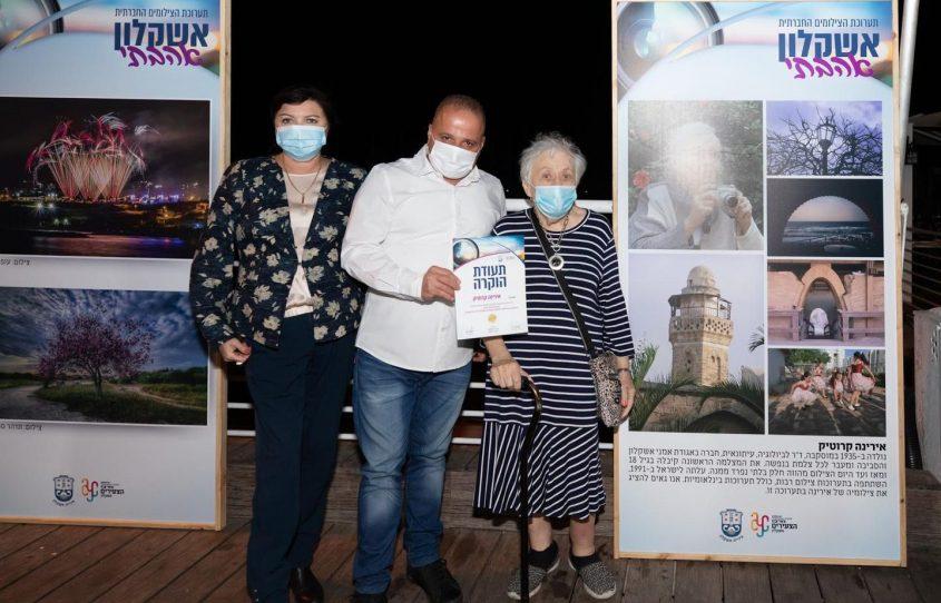 ראש העיר, תומר גלאם עם צלמים בפתיחת תערוכת אשקלון אהבתי מוצגת במרינה. צילום: סיוון מטודי