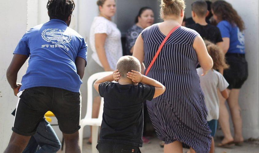 רצים למקלט בזמן אזעקה באשקלון. צילום: אילן אסייג