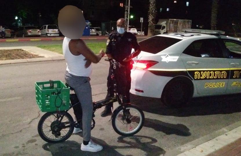 רוכב האופניים שנעצר על ידי השוטרים. צילום: דוברות המשטרה