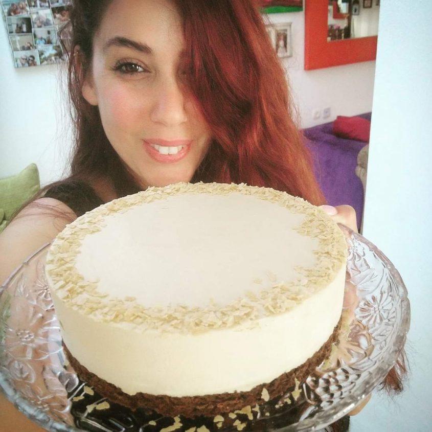 לי טוטאי עם העוגה