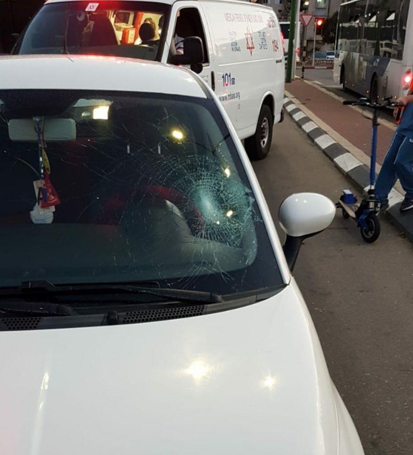 שמשת הרכב שממנו נפגע האיש.