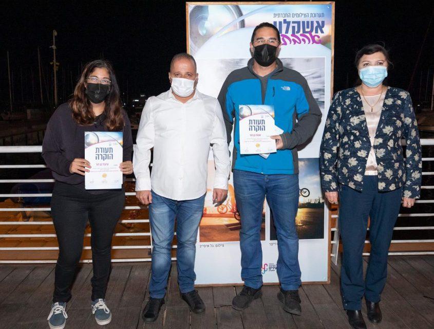 ראש העיר, תומר גלאם וסגניתו סופה ביילין עם צלמים בפתיחת תערוכת אשקלון אהבתי מוצגת במרינה. צילום: סיוון מטודי
