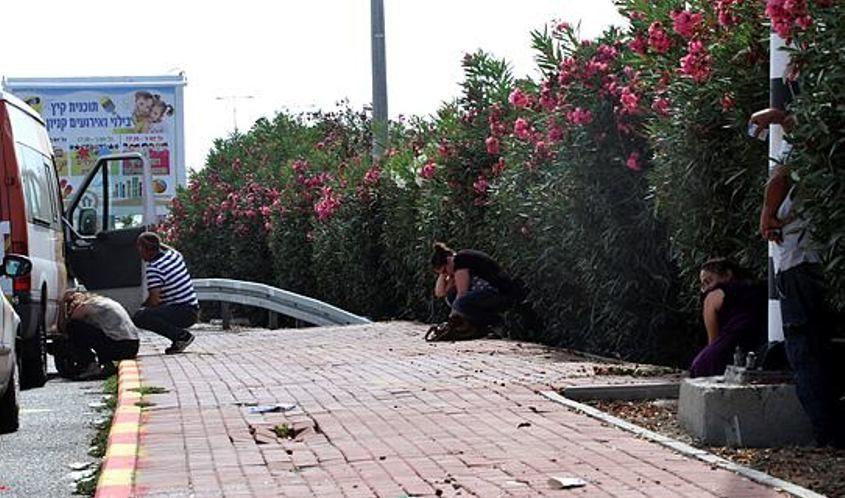 תושבים בזמן אזעקה באשקלון. צילום: גיל כהן מגן