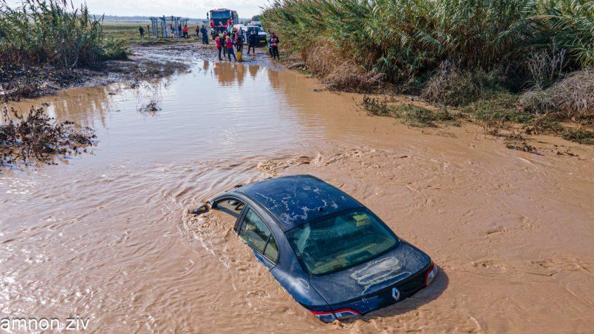 הרכב שנתקע באמצע הנחל. צילום: אמנון זיו, בטחון מועצה אזורית חוף אשקלון