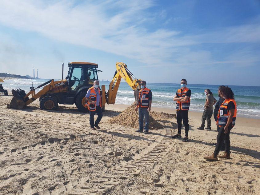 אנשי הגופים שהשתתפו בתרגיל בחוף דלילה. צילום: איגוד ערים לאיכות הסביבה נפת אשקלון