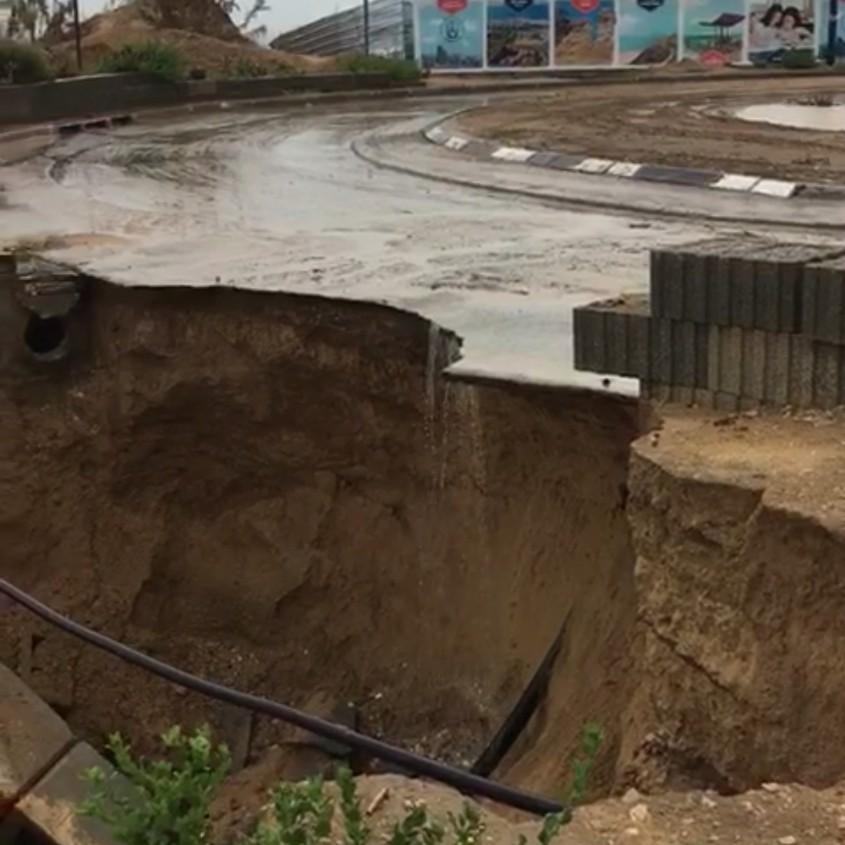 קריסת הכביש בכיכר התמנון