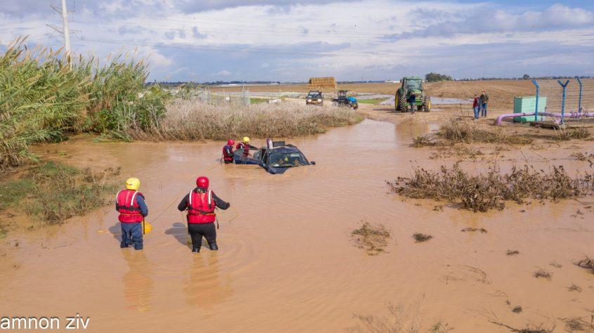 לוחי האש בדך לרכב התקוע בנחל. צילום: אמנון זיו, בטחון מועצה אזורית חוף אשקלון