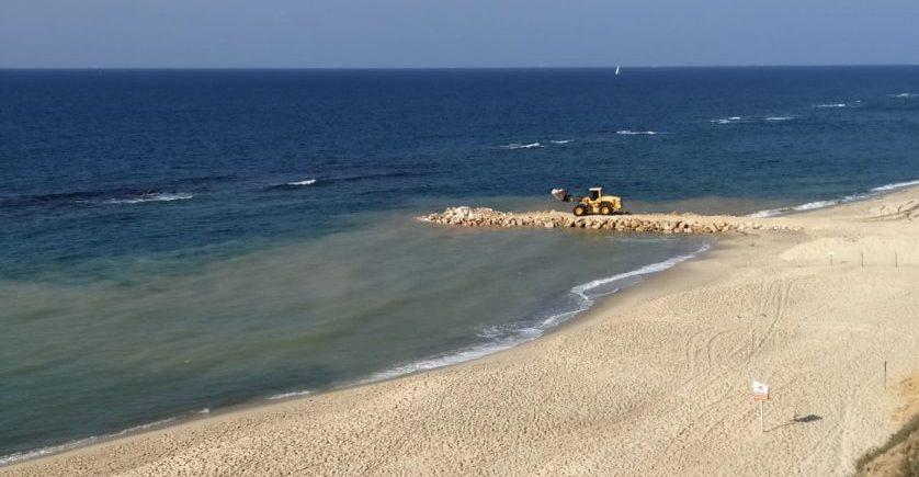 העבודות להקמת הדורבן. צילום: החברה להגנה על מצוקי הים התיכון