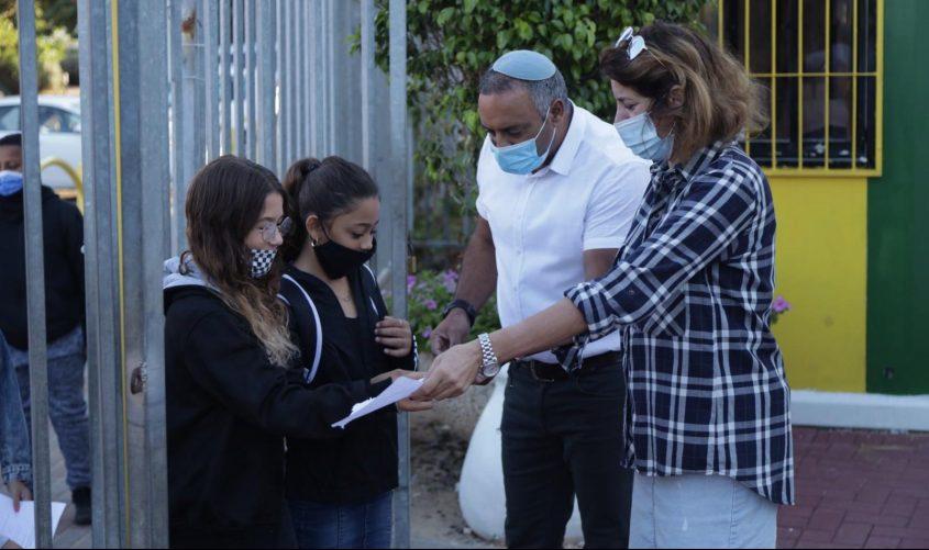 """מנהל ביה""""ס סיני יעקב קנדלקר, מקבל את התלמידים. צילום: אלדד עובדיה"""