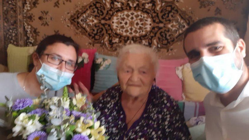 פייגה בלוסטוצקי עם גיא, סגן מנהל מרחב אשקלון במכבי והאחות סבטלנה פוספלב. צילום: דוברות מכבי שירותי בריאות