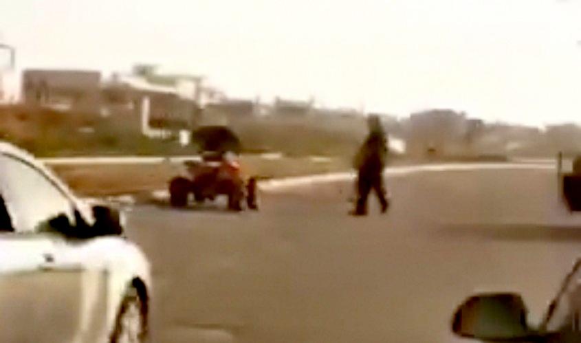 חולף מול פניו של השוטר. מתוך הסרטון
