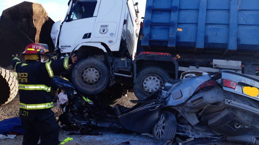 """הרכב תחת למשאית בתאונה הקטנית בכביש 334. צילום: דוברות כב""""ה דרום"""