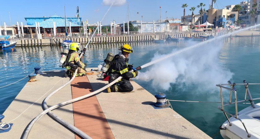 """לוחמי האש דימו כיבוי כלי שייט בוערים. צילום: דוברות כב""""ה דרום"""