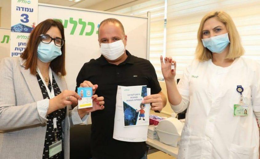 גלאם עם האחיות המחסנות בתחנת החיסונים של הכללית באשקלון