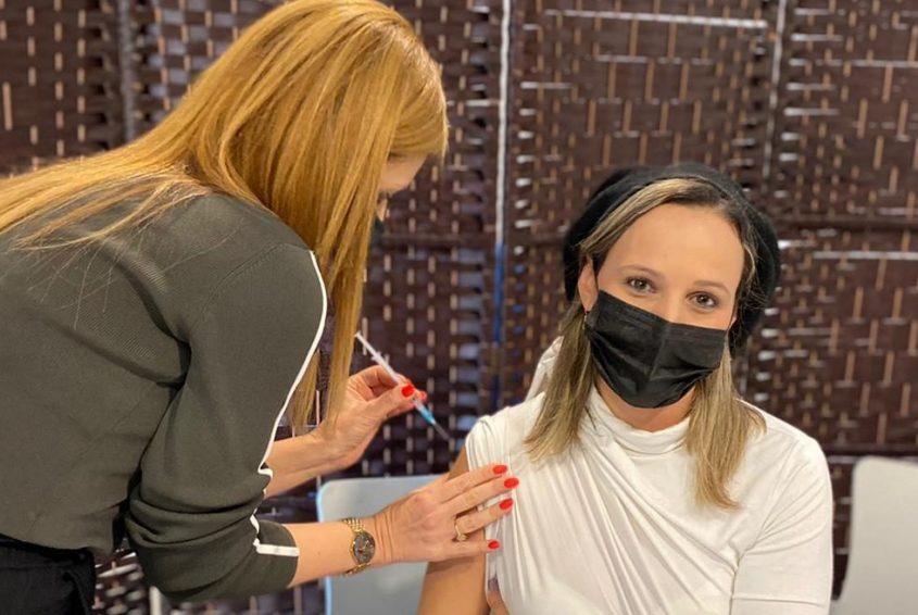 """עובדת מכבי מתחסנת מנגיף הקורונה בתחנת החיסונים של מכבי באשקלון. צילום: דוברות קופ""""ח מכבי"""