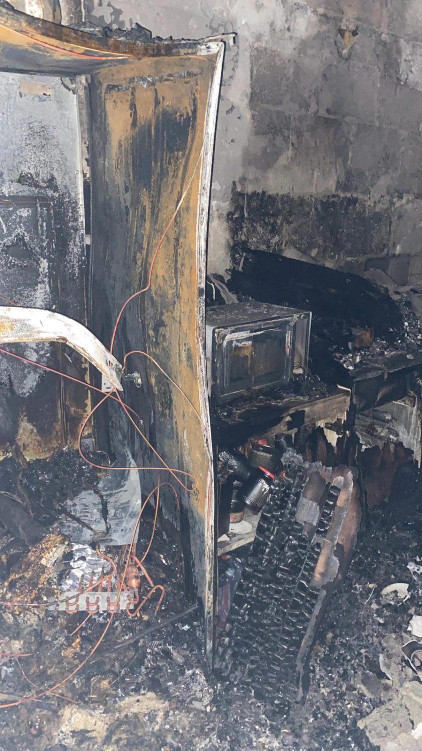 """נשרפה כליל. כך ניראתה הדירה לאחר השריפה. צילום: דוברות כב""""ה דרום"""