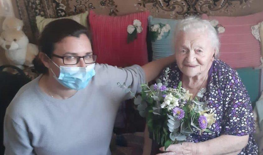 האחות סבטלנה פוספלב יחד עם פייגה בלוסטוצקי. צילום: דוברות מכבי שירותי בריאות