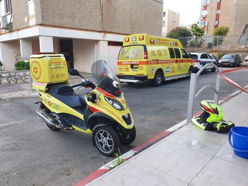 """ניידת טיפול נמרץ ואופנוע מד""""א שהוזעקו לטפל במקרה. צילום: דוברות מד""""א"""