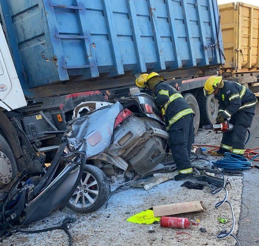 """המכונית מתחת למשאית הפולטריילר תאונה הקטלנית בכביש 334. צילום: דוברות כב""""ה דרום"""
