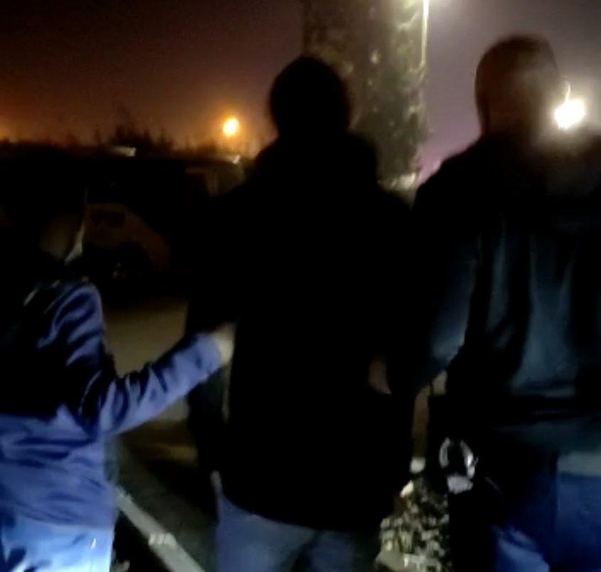 החשוד בידיים של השוטרים