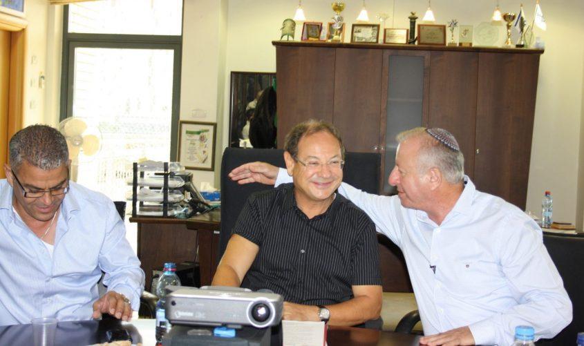 שבתאי צור עם ראש העירייה לשעבר, בני וקנין וחבר המועצה, מישל בוסקילה