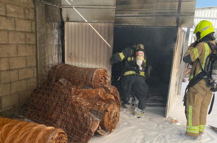 """לוחמי האש מכבים את השריפה במזרני נועם. צילום: דוברות כב""""ה דרום"""