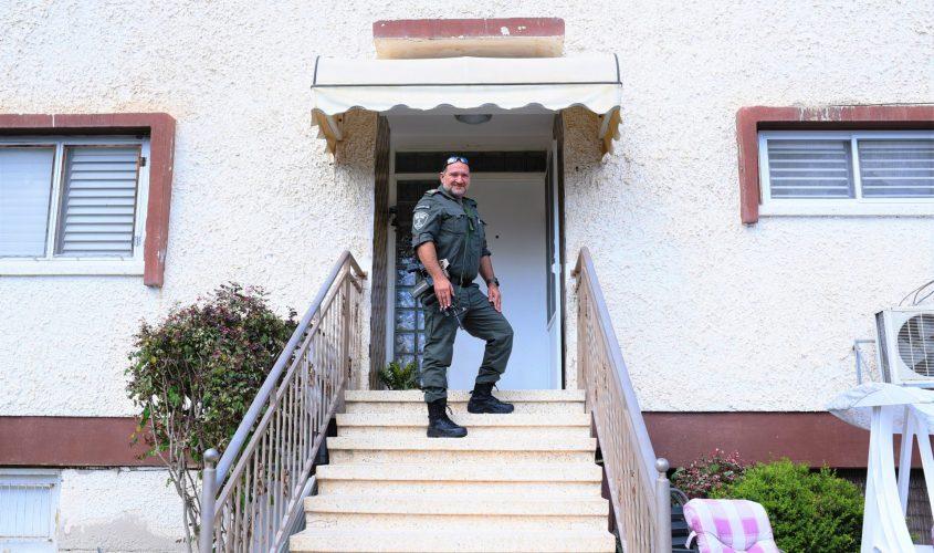 ניצב יעקב שבתאי בכניסה לבית ילדותו באשקלון. צילום: עדי תשובה