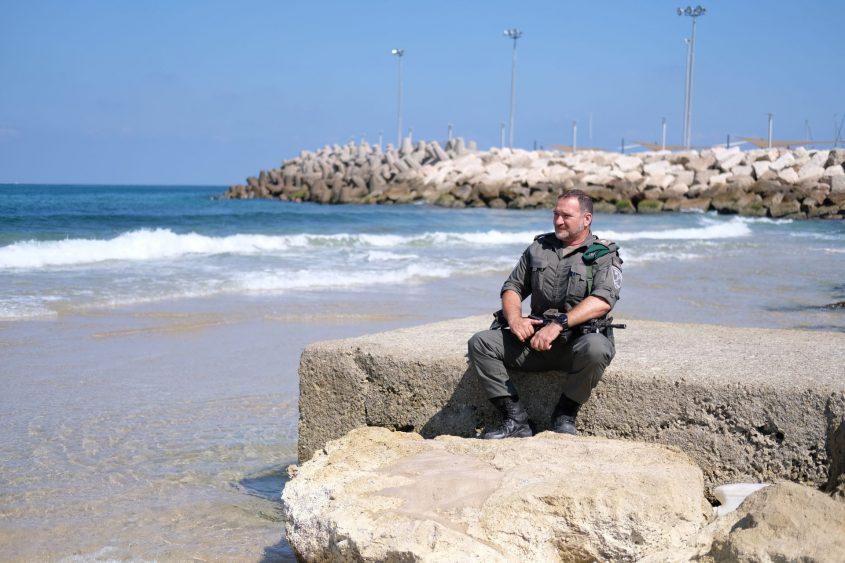 ניצב יעקב שבתאי בחוף היום של אשקלון. צילום: עדי תשובה