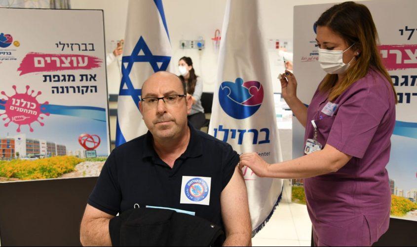 מנהל ברזילי, פרופסור יניב שרר מתחסן. צילום: דוד אביעוז, צילום רפואי, דוברות ברזילי