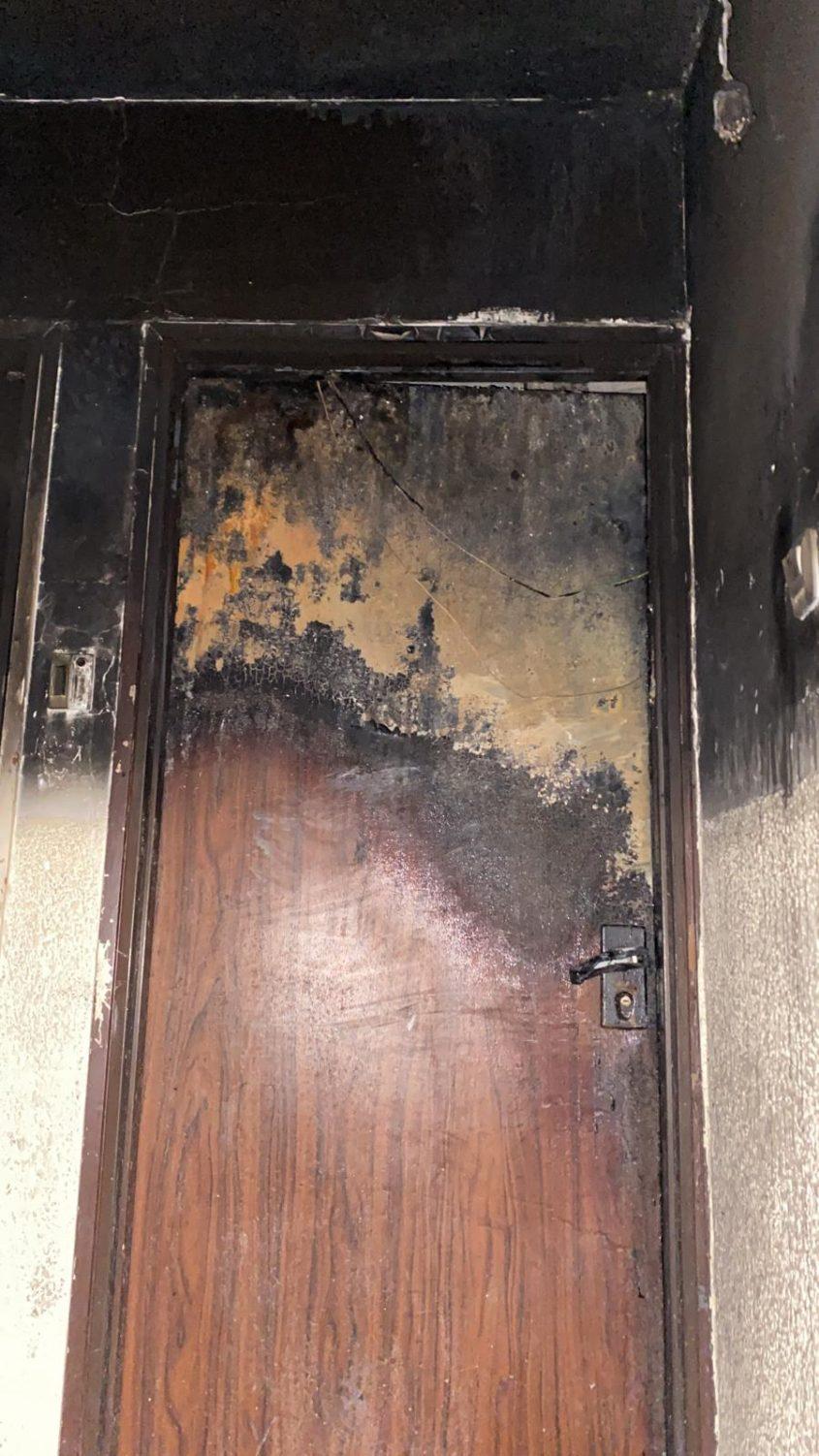 """דלת הדירה השרופה. צילום: דוברות כב""""ה דרום"""