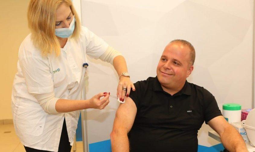 תומר גלאם מקבל את מנת החיסון הראשונה לקורונה במרפאת הכללית באשקלון