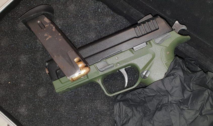 האקדח הטעון שנמצא בדירת מסתור. צילום: דוברות המשטרה